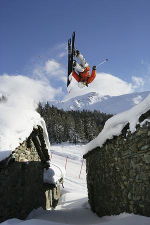 pila: Skier jumping between buildings