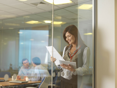 motivations: Women reading documents LANG_EVOIMAGES