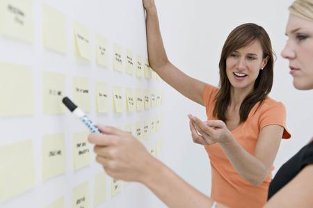 comunicación escrita: Par de negocios, intercambio de ideas