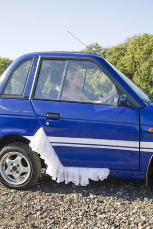 vestidos de epoca: Mujer joven en la rueda del coche eléctrico