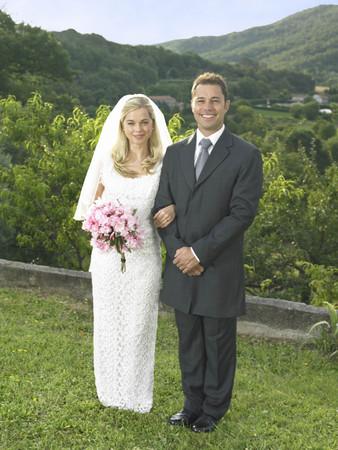 Bride and groom in garden LANG_EVOIMAGES