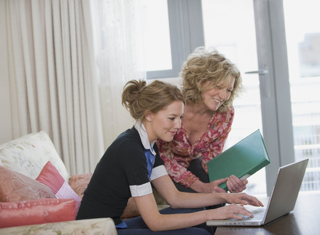 telecommuter: Mother and daughter on the laptop LANG_EVOIMAGES