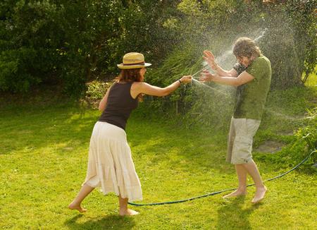 barring: Woman spraying man with garden hose