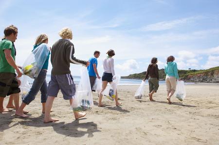 irrespeto: Jóvenes recogiendo basura en la playa