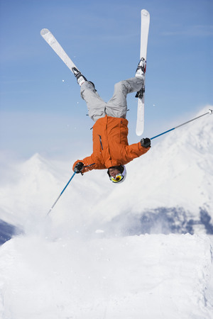 pila: Skier jumping upside-down LANG_EVOIMAGES