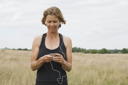 Woman runner listening to music LANG_EVOIMAGES