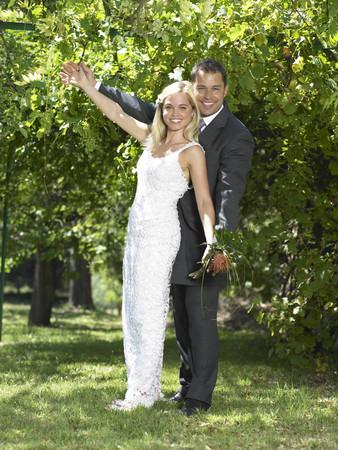 curare teneramente: Sposa e sposo che celebrano LANG_EVOIMAGES