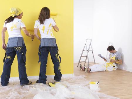 equivalence: Girls painting man takes break. LANG_EVOIMAGES