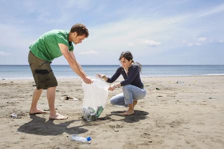 irrespeto: Joven, pareja, recoger, basura, playa