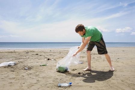 irrespeto: Joven, recoger, basura, playa
