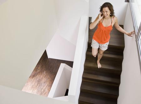 reconocimientos: Mujer caminando abajo en el teléfono