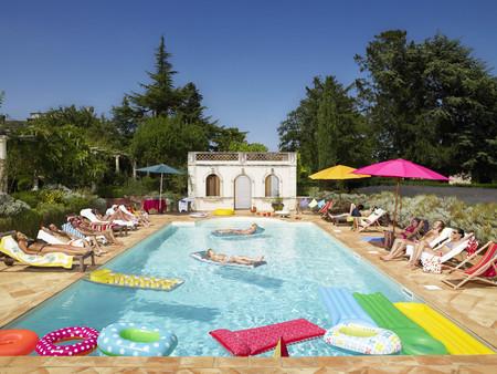 People enjoying summer around the pool LANG_EVOIMAGES