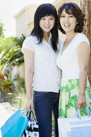 arrears: Happy mom and daughter shopping LANG_EVOIMAGES