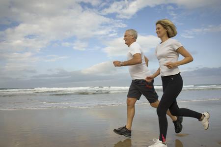 Paar dat op een strand loopt