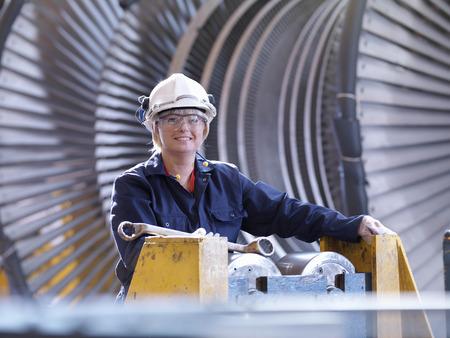 Femme ingénieur avec turbine