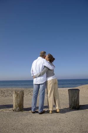 curare teneramente: Coppia matura baciare davanti alla vista