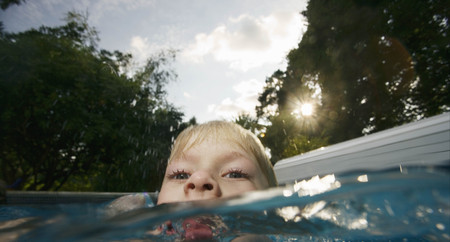 sopping: Boy in pool