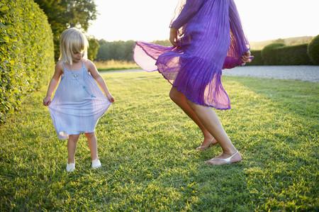 vestidos de epoca: Chica y mujer bailando, al aire libre