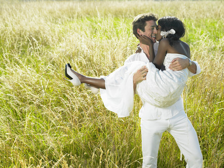smooching: Married couple in a field LANG_EVOIMAGES