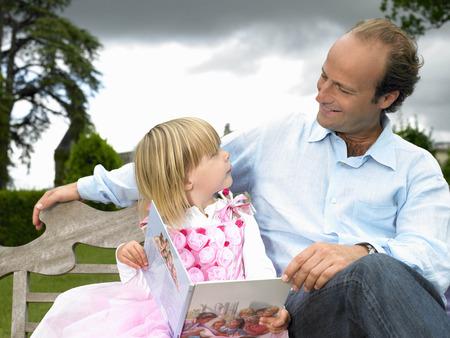 curare teneramente: Padre e figlia leggendo un libro