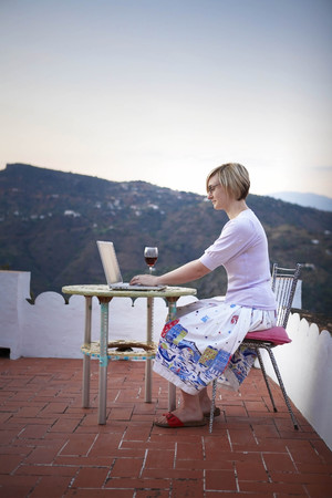 sipping: Woman working on a laptop LANG_EVOIMAGES