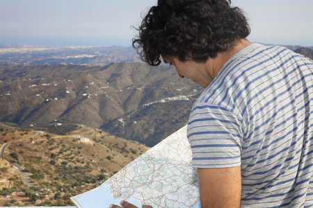 sightseers: Man looking at a map LANG_EVOIMAGES