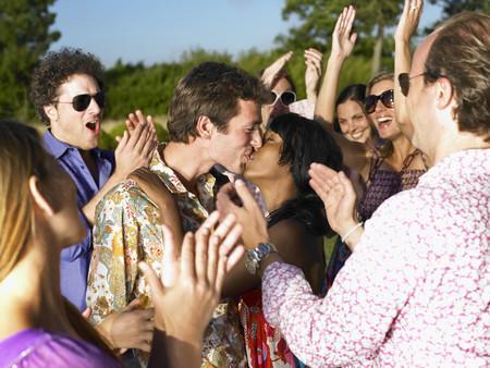 personas reunidas: Pareja besándose, personas aplaudiendo