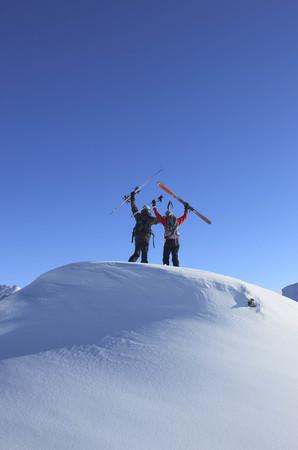 ganado: Esquiadores en la cima de la montaña LANG_EVOIMAGES