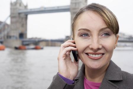 reconocimientos: Mujer de negocios usando móvil fuera