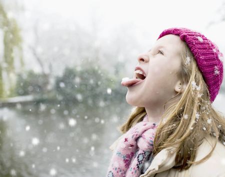 savour: Girl in snowfall LANG_EVOIMAGES