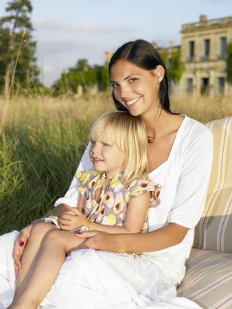 curare teneramente: Madre e figlia sul divano in un campo