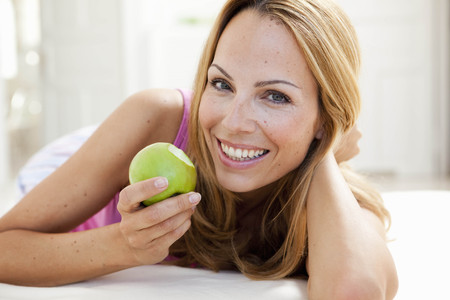 young woman enjoying apple LANG_EVOIMAGES