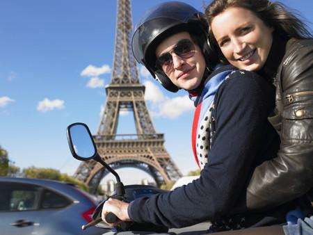 personas abrazadas: Pareja en el ciclomotor en París LANG_EVOIMAGES