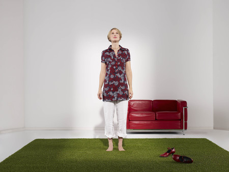 weber: Woman standing on grass in green office LANG_EVOIMAGES