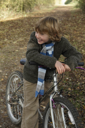 ceasing: Boy with bike on country lane LANG_EVOIMAGES