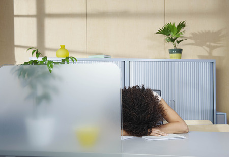adverse: Woman asleep at desk in office LANG_EVOIMAGES