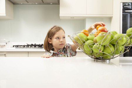 snacking: Kids at Home LANG_EVOIMAGES