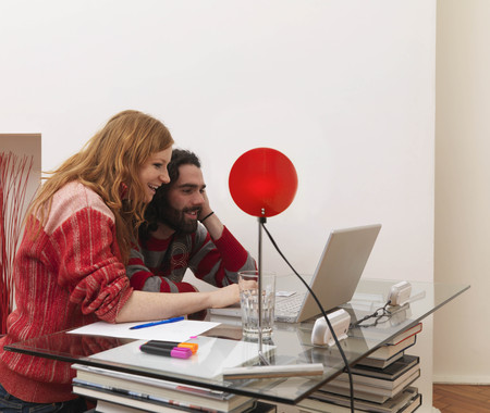 Couple on laptop, using credit card LANG_EVOIMAGES