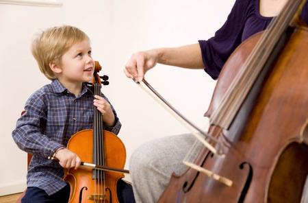 techniek: Vrouw en jongen spelen Cello LANG_EVOIMAGES