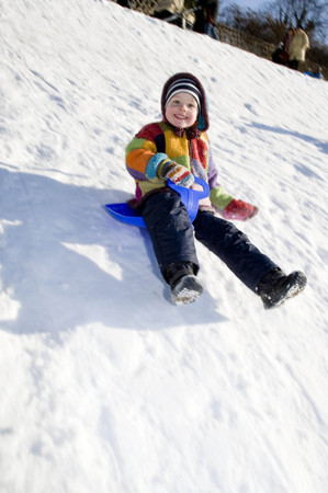 medium body: boy riding a sledge in snow LANG_EVOIMAGES
