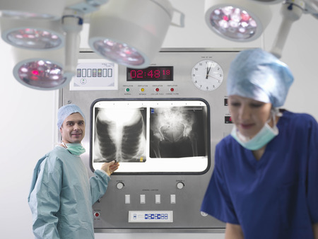 operation gown: Surgeon and nurse in operating theatre LANG_EVOIMAGES