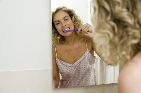 pyjama: Woman brushing teeth LANG_EVOIMAGES