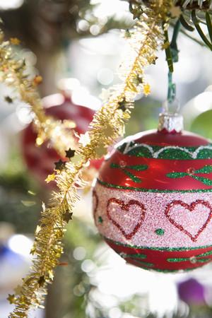 ahorcada: Adornos navideños en los árboles