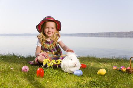potěšen: dívka s zajíčkem a velikonoční vejce