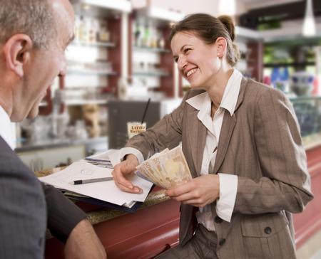 mulher de negócios que paga o homem no bar