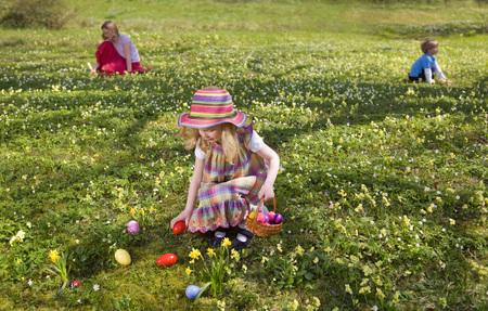 agachado: girl finding easter eggs
