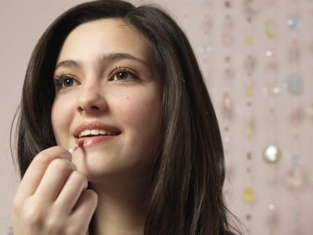 trusted: Girl, 14 applying make up LANG_EVOIMAGES