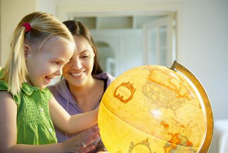 resplandor: Madre e hija explorando el mundo