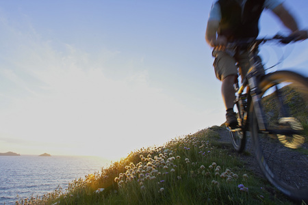 low section: Mountain biker on a coastal track. LANG_EVOIMAGES