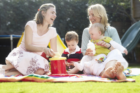 age 25 30 years: mums having a picnic